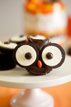 Very cute Oreo Owl Cupcakes.Just halve Oreos, stick them to chocolate cupcakes and frosting, using your own recipe. Add M eyes and candy corn beak. Kids might enjoy doing this. Holiday Treats, Halloween Treats, Holiday Recipes, Halloween Party, Halloween Cupcakes, Halloween Owl, Halloween Desserts, Halloween Carnival, Owl Cupcakes