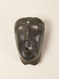 """Octobre 2017 : """"Masque"""" en bronze martelé, gaule romaine. © MAN - L. Hamon"""