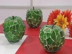 Crie e Faça Você Mesmo: Reciclagem Cacos de Vidro e Azulejos. Bolas de isopor com cacos de vidro. É só colocar os cacos em um recipiente com tampa, contendo um pouco de água e areia. Ai você sacode por algum tempo e as pontas são lixadas automaticamente.