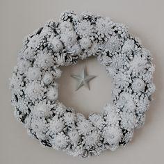 Näin tein käpykranssin Christmas Wreaths, Merry Christmas, Xmas, Wood Cone, Wood Crafts, Diy And Crafts, Door Wreaths, Pine Cones, Burlap Wreath