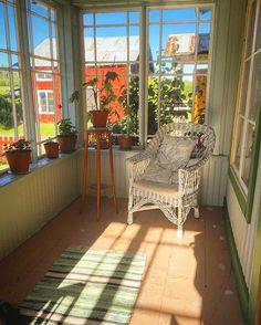 Stålande sol idag här i #Gnarp ☀️💙 Huset är stökigt och här på punschverandan behövs det målas klart. Men det blundar jag för och slår bort. Idag åker vi och badar istället. 🌾🐚💙 Vad händer hos er vänner? #punschveranda #gamlahus #handblåstafönster #rottingstol #korgstol #lantligt #1800talshus #hälsingegård #byggnadsvård #scandinavianhome #countryhome #countryliving