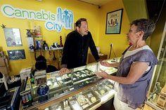 Consumidora em uma loja de maconha no Estado de Washington, nos EUA  (Foto: Ted S. Warren/AP)