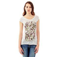 T-Shirt Flower print mixed viscose    Im Fokus dieses Rundhals-T-Shirts steht der Print vorn mit seiner schlichten und bezaubernden Optik. Der farbenfrohe Blumenprint ist vielseitig zu kombinieren.    67% Polyester 33% Viskose.  Maschinenwäsche bei 30°.  Längen Größe S:  Gesamtlänge ca. 63 cm.  Schultern ca. 33 cm....