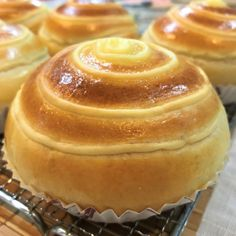 Sweet Custard Buns (makes 6 buns) Ingredients: bread flour castor sugar unsalted butter, softened 1 large egg and top up with milk to obtain tsp salt instant yeast Custard … Custard Buns, Custard Tart, Coconut Custard, Asian Desserts, Just Desserts, Dessert Recipes, Pastry Recipes, Baking Recipes, Cream Bun