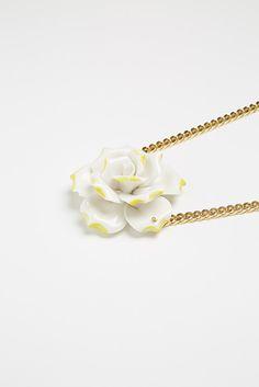 SINGLE FLOWER WHITE / YELLOW