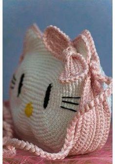 Quelle che vedete sono delle borse Hello Kitty all'uncinetto. Le ho trovate in giro sul web ed ho pensato di farne una da usare come p...
