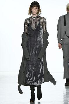 Alerta Fashion Week - NY Feminino - O Veludo continua com força no Inverno 2018. Nesta edição da NYFW, os vestidos ganharam comprimento midi, cores de pedras preciosas e vibrantes, como amarelo, azul Royal e bronze. Imagem: Calvin Luo