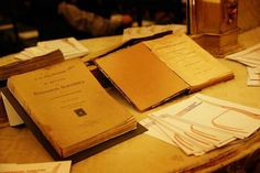 Uno dei primi libri scritti a mano di Maria Montessori