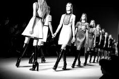 Le final du défilé Gucci automne-hiver 2014-2015 http://www.vogue.fr/mode/inspirations/diaporama/fw2014-les-coulisses-de-la-fashion-week-de-milan-automne-hiver-2014-2015-jour-1/17637/image/956959#!le-final-du-defile-gucci-automne-hiver-2014-2015