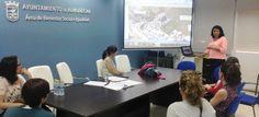 María del Carmen Reinoso, concejal de Bienestar Social, informa a los padres de los alumnos del Centro Infantil de Los Marinos