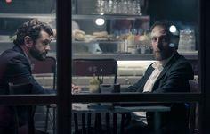 """Ispirato alla serie tv americana """"The Booth at the End"""", The Place, il nuovo film di Paolo Genovese, volge lo sguardo su un misterioso protagonista, ospite abituale a abitudinario di un locale dove se ne sta seduto, giorno e notte, al tavolo in fondo. Chi è quell'uomo? Non è i..."""