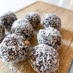 No-bake treats that will satisfy all your chocolate cravingsHere is a little treat you can make when you need a little pick-me-up using a classic flavour pairing of chocolate and coconut.These little truffles are so indulgent and moreish, and the best is that they are so quick and easy to make, that you can whip them up in no time. They are a nice treat to bring with you when visiting a friend, as they are sure to adore them, or just for yourself if you have that chocolate craving (whi… Iced White Mocha, Raisin Bran Muffins, Baby Breakfast, Fresh Strawberry Pie, Coconut Balls, Cauliflower Mashed Potatoes, Nutella Cookies, Coconut Chocolate, Mojito Recipe