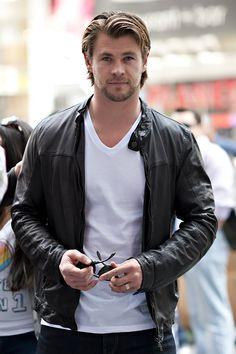 """Chris Hemsworth  ♪ """"...delícia, delícia; assim você me mata..."""" ♪  Hahahahaha..."""
