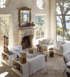 Los colores claros y las cortinas livianas nos ayudan a decorar ambientes luminosos. Además, los muebles bajos permiten que la luz circule por todo el espacio, ganando así amplitud.