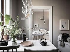 Bézs falak és elegáns sötétkék konyhabútor kétszobás lakásban – otthonosság és kényelem 41m2-en Scandinavian Apartment, Scandinavian Interior, Swedish Interiors, Interior Styling, Interior Design, Warm Colour Palette, H&m Home, Grey And Beige, Warm Grey