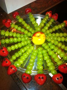 Ideas fruit traktatie rups for 2019 Food Art For Kids, Fun Snacks For Kids, Cooking With Kids, Kids Meals, Hungry Caterpillar Activities, Very Hungry Caterpillar, Edible Arrangements, Best Fruits, Fruit Art