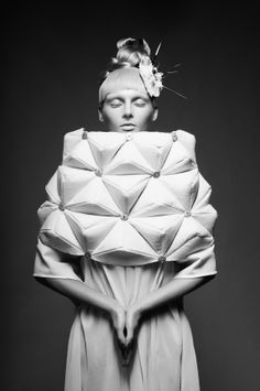 Design details and fabric manipulation that draws attention to the shoulder area, this time by a young Italian designer Giulia Grincia . Geometric Fashion, 3d Fashion, White Fashion, Fashion Details, Editorial Fashion, Fashion Design, Fashion Fabric, Textile Manipulation, Fabric Manipulation Techniques