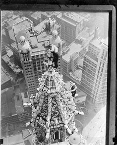 1932 Steeplejacks on Woolworth Building, N.Y.
