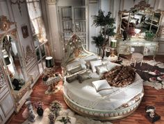 chambre style baroque et lambris mural en bois blanc à motifs dorés