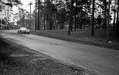 """""""Myöhemmin oopperalaulajana kunnostautunut Timo Mustakallio Jaguarinsa ratissa Eltsun ajoissa"""", Mikko J. Salminen kertoo."""