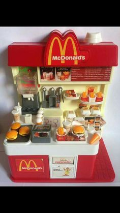 Mini McDonald's- Love this! Miniature Crafts, Miniature Food, Miniature Houses, Miniature Dolls, Mini Choses, Accessoires Barbie, Barbie Playsets, Mcdonalds Toys, Toy Kitchen