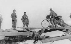 Union Soviétique, Un cycliste de la Wehrmacht passe un pont de fortune