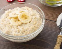 Banana porridge: www.fourchette-and … – The most beautiful recipes Breakfast Dessert, Breakfast Recipes, Granola, Desserts Sains, Ayurveda, Healthy Snacks, Healthy Recipes, Bowl Cake, Ww Desserts
