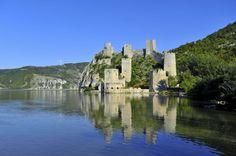 Serbia Twierdza Golubac. Zamek wzniesiono najprawdopodobniej w XIV wieku w miejscu dawnego rzymskiego grodu obronnego.