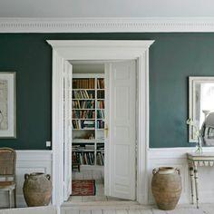 Effetto pavimento bianco, boiserie bianca, parete colore