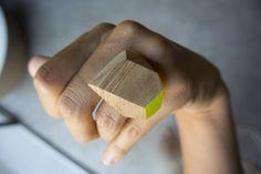 Wood&cut Anello in olivo, tagliato e dipinto a mano.