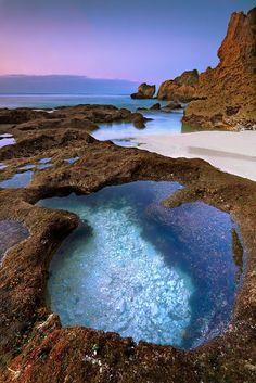 Che ne dite di questo posto per rilassarvi dopo i templi di Bali? Suluban beach, Uluwatu, Indonesia.