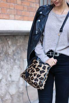 HIGH WAIST BLACK DENIM @shewearsblog  Perfecto Zara – Top Zara – Pantalon Cimarron * – Bottines & Other Stories * – Sac Celine Schener