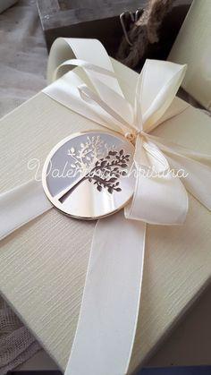 Πρωτότυπες μπομπονιέρες γάμου μεταλλικό δέντρο της ζωής κόσμημα πάνω σε κουτί by valentina-christina καλέστε 2105157506 #mpomponieres #mpomponieresgamou#βάφτιση#μπομπονιερα #μπομπονιέρες #μπομπονιερες#valentinachristina #vaptism#athens#greece#handmade#vaptisi #christeningfavors#greek#greekdesigners#handmadeingreece#greekproducts #μπομπονιερες_γαμου#weddingfavors #baptismfavors #μπομπονιέρες_γάμου#μπομπονιέρα_δέντρο#δεντρο_της_ζωης#μπομπονιέρα Wedding Gift Boxes, Diy Wedding, Wedding Favors, Wedding Gifts, Wedding Decorations, General Crafts, Box Design, Wedding Planner, Gift Wrapping
