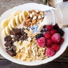 Bowl de proteínas En un tazón coloca media taza de avena, media taza de almendras en trozos, una taza de frutos rojos, 1 plátano en trozos y algunos trozos de cocoa. Añade 2 tazas de tu leche vegetal preferida y disfruta.
