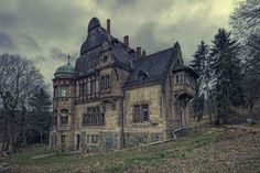Lost Villa in Germany Abandoned Buildings, Abandoned Mansion For Sale, Abandoned Property, Old Buildings, Abandoned Places, Abandoned Castles, Mansion Homes, Mansion Interior, Beautiful Buildings