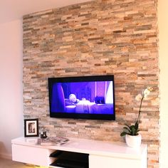 Oyster Maxi Split Face Slate Tiles - Oyster split face panels offer the same beautifully earthy tones and varied surface texture as the oyster slate floor tiles but with the added benefit of being an easy to install, 'Z' shaped cladding panel. Stone Feature Wall, Feature Wall Living Room, Living Room Tv, Cladding Panels, Stone Cladding, Wall Cladding, Murs Beiges, Tv Wanddekor, Wooden Accent Wall