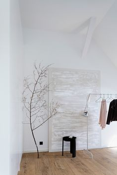 This large painting, by artist Isabella Trimmel, adds a subtle touch to this modern space. Find more at www.art-y-sana.com