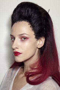 modella con i capelli rossi e neri