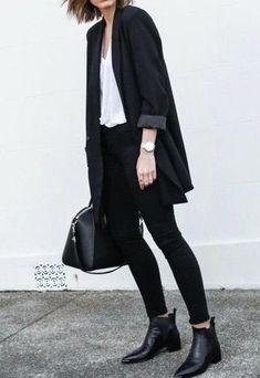 Tenue: Blazer croisé noir, T-shirt à col en v blanc, Jean skinny noir, Bottines chelsea en cuir noires