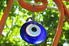 Utilizado como pingente ou objeto de decoração, a principal finalidade do olho turco é proteger contra energias negativas, mau-olhado, inveja