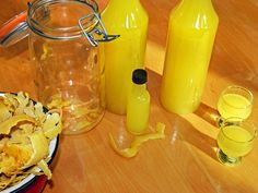 Limoncello Recipe: An Italian reveals her secret- Limoncello-Rezept: Eine Italienerin verrät ihr Geheimnis Limoncello can be easily made with this Italian recipe! Limoncello Cocktails, Cocktail Cake, Cocktail Making, Cocktail Drinks, No Cook Desserts, Sweets Recipes, Italian Cooking, Italian Recipes, Easy Alcoholic Drinks