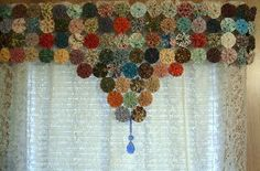 Yo-yo window valance!! This is a really cute and classy way to use yo-yos in your home. Think I will do this in my Craft Studio!