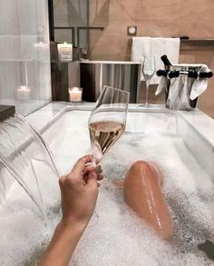 🎉It's In we Brits consumed over a third of all prosecco produced! Ahh, enjoy a lovely warm Newton Wood Epsom salt crystal bath and chill out with a glass of your favourite prosecco tonight.all in the name of celebration, of course! Boujee Aesthetic, Alcohol Aesthetic, Aesthetic Women, Beach Aesthetic, Foto Casual, Luxe Life, Relaxing Bath, Rich Girl, Rich Man