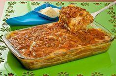 Excelente para reunir os amigos e a família em volta da mesa, essa receita de lasanha à bolonhesa com massa de pastel é muito saborosa!