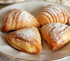 Prăjituri gustoase pentru ceai. Conuri buclate ca în Napoli. - Bucatarul Croissant Dough, Good Food, Yummy Food, Delicious Deserts, Romanian Food, Desert Recipes, International Recipes, Bread Baking, Cookie Recipes