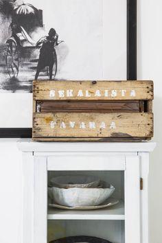 Kapeassa ja korkeassa lasikaapissa säilytetään muun muassa Emmin tekemiä keramiikkakulhoja. Kaapin päällä oleva puulaatikko on Emmin mummolta. Laatikon tekstit on painettu itse sabluunalla. Laatikon takana oleva mustavalkoinen grafiikka on Sava Raj Gudhan. Emmi hankki teoksen aikoinaan Intian-matkallaan.