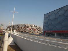 O Estádio Nacional de Pequim (Ninho de Pássaro) e o Centro Nacional Aquático (Cubo de Água). Em Pequim, China.  Fotografia: Løken.