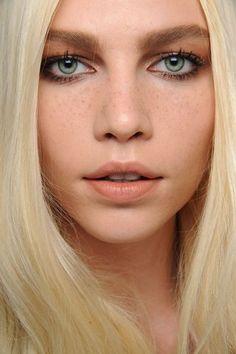chloe f/w 2011   lips- MAC freckletone