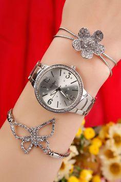 Gümüş Kaplama Metal Kordonlu Bayan Saat ve Kristal Taşlı Bileklik Kombini ilesezon bilekliklerle kombinlenen bu yeni tasarımkasalı saat ile tüm dikkatleri üzerinize çekmeye hazır olun.