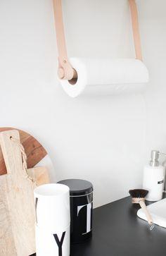 DIY Küchenrollenhalter aus Lederbändern selber machen.